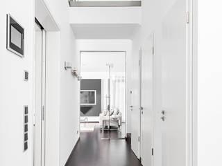 Haus H:  Flur & Diele von Patricia Ramiro Architekten BDA