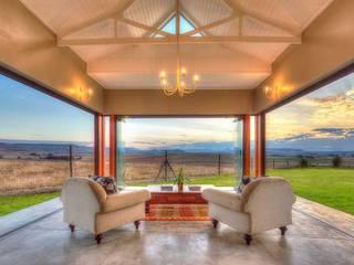 Cortinas de vidrio para lujosa villa – Zimbali, South Africa: Casas de estilo  por AIRCLOS