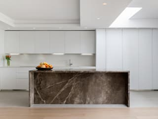 Open plan kitchen, dining and living room: modern Kitchen by DDWH Architects