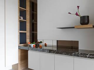 姊妹倆的陽光居所:  走廊 & 玄關 by 賀澤室內設計 HOZO_interior_design