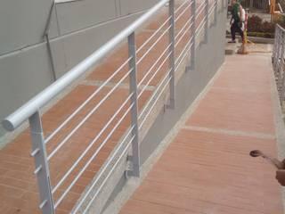 rampa de acceso: Pasillos y vestíbulos de estilo  por AD, Clásico