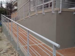 rampa de acceso: Paredes de estilo  por AD, Clásico