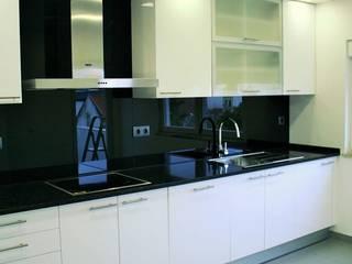 Remodelação de Cozinha + Casa-de-Banho_Belsolar: Cozinhas modernas por Belsolar Lda