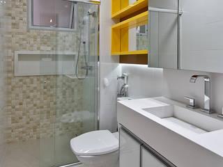 Baños de estilo moderno por Kris Bristot Arquitetura