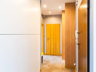 Apartament 90m2 - Promenada Solna Kielce 2016 Nowoczesny korytarz, przedpokój i schody od Pracownia A Nowoczesny