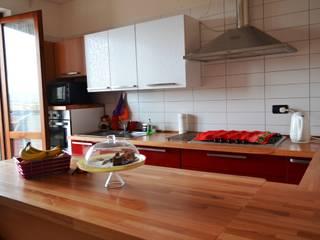 Rinnovare la cucina senza cambiarla. Cucina minimalista di T.A. arredo_arredamento su misura Minimalista