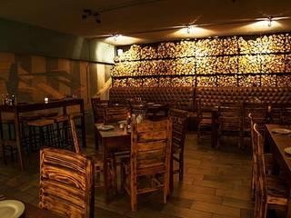Sillas de madera quemada.: Restaurantes de estilo  por Habanero Mobiliario