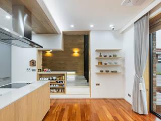 1층 식당에서 선룸을 바라보다 모던스타일 다이닝 룸 by (주)건축사사무소 모도건축 모던 우드 우드 그레인