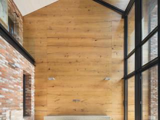 1층 선룸 모던스타일 거실 by (주)건축사사무소 모도건축 모던 합판