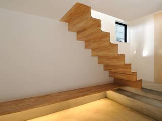 Pasillos, vestíbulos y escaleras de estilo moderno de 藤井伸介建築設計室 Moderno