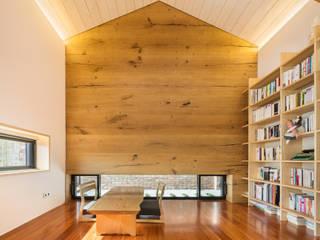 2층 다실/서재: (주)건축사사무소 모도건축의  서재 & 사무실
