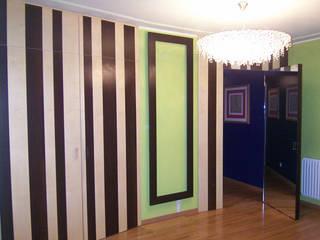 disimpegno con armadi: Ingresso & Corridoio in stile  di Studio di Architettura Parodo
