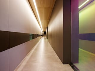 Modern Corridor, Hallway and Staircase by 바나나피쉬 Modern