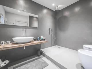 Phòng tắm phong cách tối giản bởi MODO Architettura Tối giản