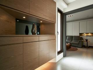 Pasillos, vestíbulos y escaleras modernos de 舍子美學設計有限公司 Moderno