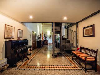 Couloir et hall d'entrée de style  par Studio Prospettiva