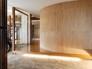 Pasillos, vestíbulos y escaleras de estilo asiático de 藤井伸介建築設計室 Asiático