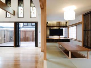 リビングと掘りごたつのあるお茶の間: 藤井伸介建築設計室が手掛けたリビングです。,