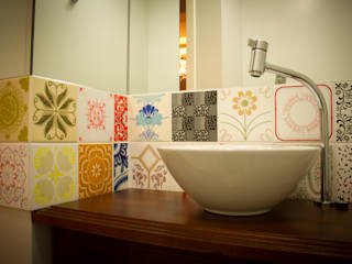 Apto Coqueiros P.A.L.: Banheiros  por Kris Bristot Arquitetura