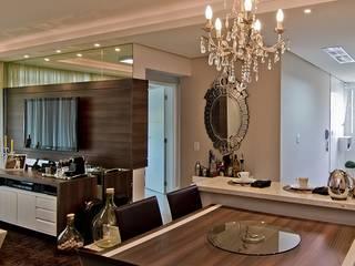 Apto Itacorubi B.I.R.: Salas de jantar  por Kris Bristot Arquitetura