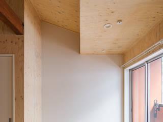 自然素材のリノベーション・アパートメント l東京都北区十条l 株式会社小木野貴光アトリエ 級建築士事務所 オリジナルデザインの リビング