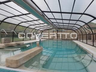 Balneario con piscina cubierta y climatizada. de COVERTTO Moderno