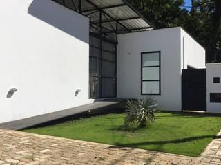 Studio + Arquitetura e Urbanismo บ้านและที่อยู่อาศัย โลหะ White