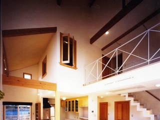 大きい吹き抜けのある住宅: 有限会社 起廣プランが手掛けたリビングです。,