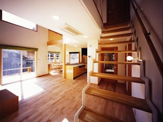 大きい吹き抜けのある住宅 モダンデザインの リビング の 有限会社 起廣プラン モダン