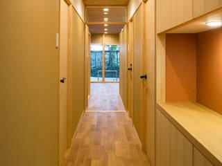 天井が一枚のマンション: 有限会社 起廣プランが手掛けた廊下 & 玄関です。,
