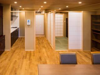 天井が一枚のマンション: 有限会社 起廣プランが手掛けたリビングです。,