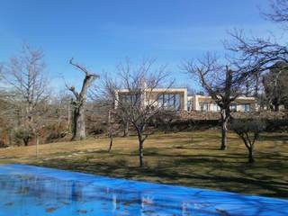 Piscina e envolvente: Jardins campestres por APROplan