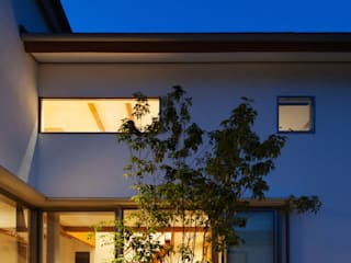 玄関から中庭、LDKを望む: 株式会社seki.designが手掛けた家です。