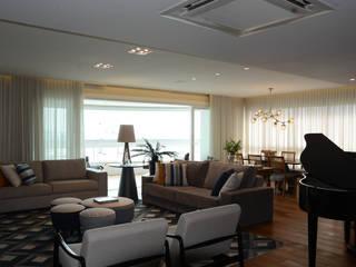 Sala de estar e jantar - vista geral para a sacada: Salas de estar  por Carolina Burin Arquitetura Ltda