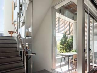 ห้องโถงทางเดินและบันไดสมัยใหม่ โดย 前置建築 Preposition Architecture โมเดิร์น