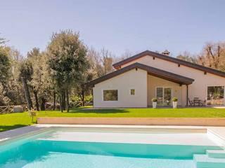 Modern pool by Costantini Case in Legno Modern