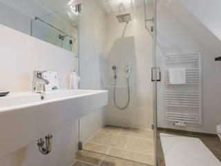 Ванная комната в стиле модерн от Home Staging Sylt GmbH Модерн