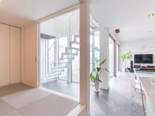 吹き抜け階段: 松井設計が手掛けた浴室です。