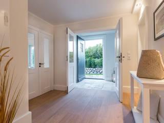 Pasillos y vestíbulos de estilo  de Home Staging Sylt GmbH