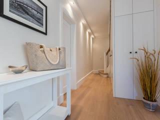 Pasillos, vestíbulos y escaleras de estilo moderno de Home Staging Sylt GmbH Moderno