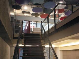 Modern corridor, hallway & stairs by 鼎爵室內裝修設計工程有限公司 Modern