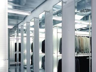 Spiegelwand:  Geschäftsräume & Stores von HO³ Häusler Ortmann Innenarchitekten