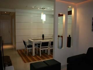 Salas de Estar e Jantar - Jardim Oceânico Barra da Tijuca/RJ:   por Eunice Oliveira Arquitetura e Interiores
