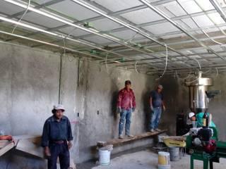 Instalación de bastidor metalico para muros y plafón falsos. Comedores de estilo rural de taller garcia arquitectura integral Rural