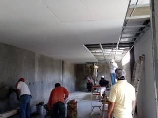 Vista en el avance de la instalación del plafón falso. Comedores de estilo rural de taller garcia arquitectura integral Rural