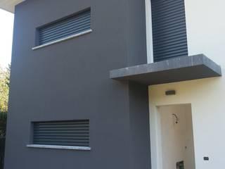Ristrutturazione e ampliamento: Ingresso & Corridoio in stile  di Andrea Magnoni Architetto, Minimalista