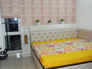 Guest bedroom :   by Interiors By Suniti