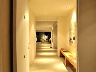 Can HeM: Pasillos y recibidores de estilo  por Taller A3 SC