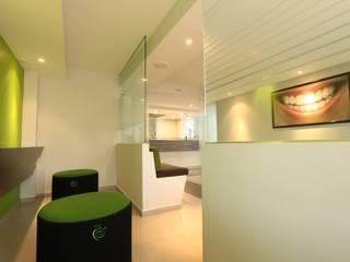 Sala de Espera D-Natural: Salas de estilo  por LVC INTERIORISMO