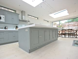 Brancaster, North Norfolk Kitchen by Laura Gompertz Interiors Ltd Classic